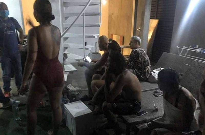 Κορωνοϊός: Τουρίστες έγιναν τσακωτοί σε πάρτι με γυναίκες και ναρκωτικά παρά την καραντίνα (video)