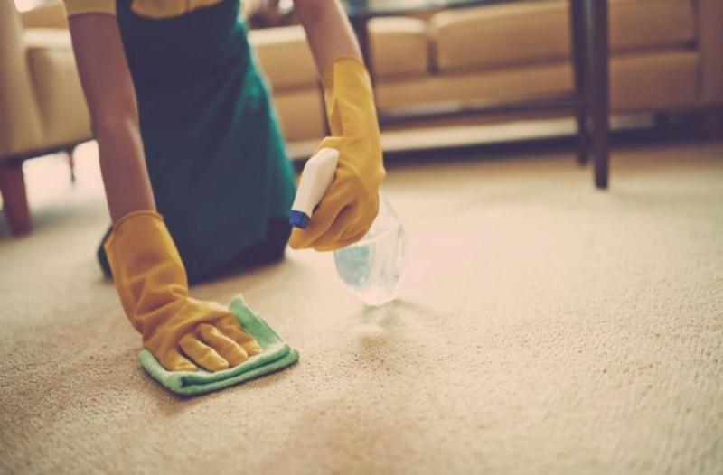 Γέμισε ένα μπουκάλι με ξύδι και απορρυπαντικό πιάτων και ψέκασε το χαλί - Με το αποτέλεσμα θα εκπλαγείτε!