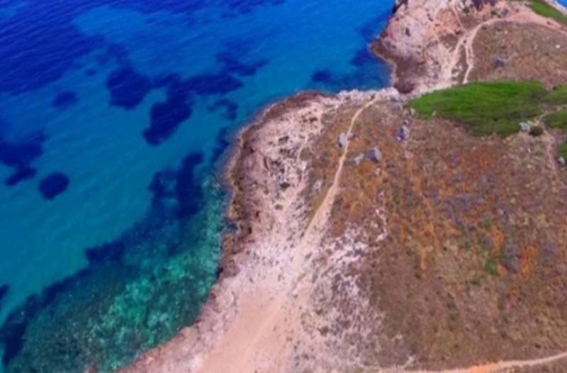 Η μυστική παραλία στην Αττική με τον αρχαίο οικισμό