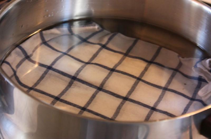 Πριν βάλετε τα αυγά σας για βράσιμο στρώστε στον πάτο της κατσαρόλας μια πετσέτα - Μόλις δείτε το λόγο θα υιοθετήσετε αυτή τη συνήθεια