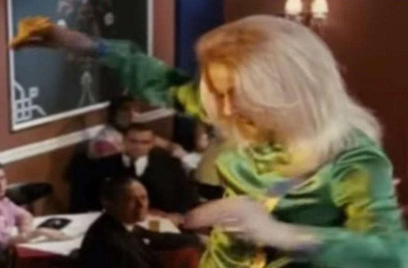 Ζωή Λάσκαρη: Το βαρύ ζεϊμπέκικο της ηθοποιού με τις 1.500.000 προβολές στο διαδίκτυο