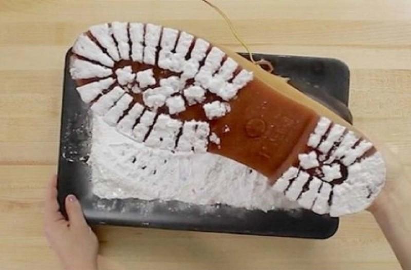 Βουτάει τα παπούτσια του σε μαγειρική σόδα - Μόλις δείτε γιατί το κάνει θα ενθουσιαστείτε (video)