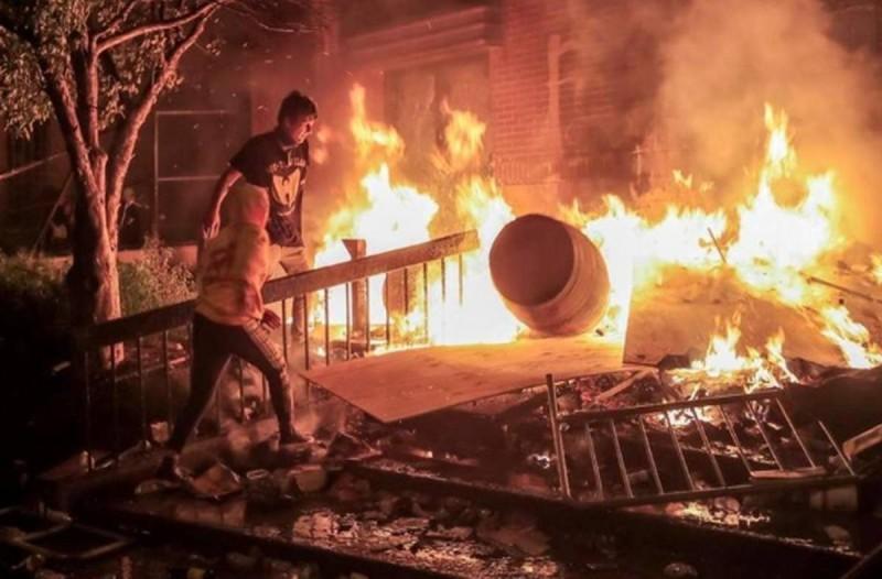 Σε κατάσταση εκτάκτου ανάγκης η Μινεάπολις: Έκαψαν αστυνομικό τμήμα για τον Τζορτζ Φλόιντ! (videos)