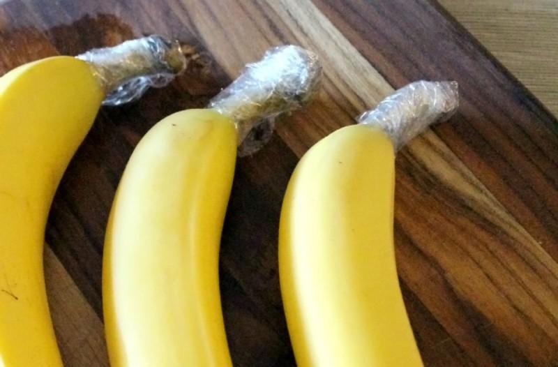 Τύλιξε τα κοτσάνια από τις μπανάνες με πλαστική μεμβράνη - Ο λόγος; Εκπληκτικός!