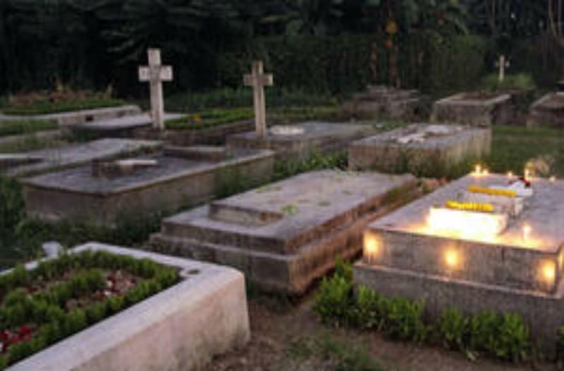 Επισκέφθηκε με τον σύζυγο της τον τάφο της μητέρας της - Αυτό που έγινε λίγα λεπτά μετά θα σας κάνει να