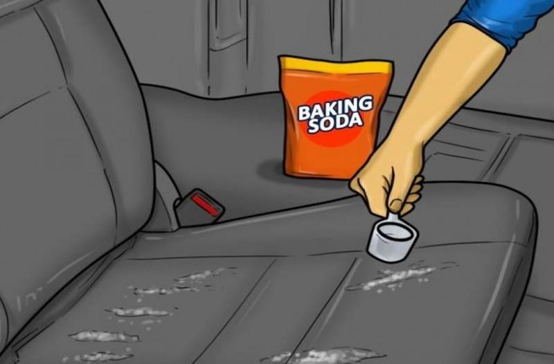 Ρίχνει 1/4 φλιτζανιού μαγειρική σόδα στο αυτοκίνητο - Θα πάθετε πλάκα μόλις δείτε τι θα συμβεί