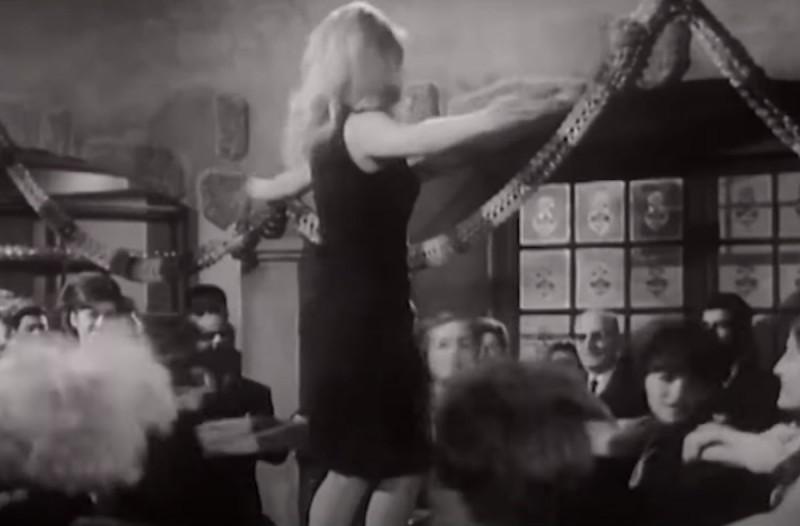 Βίντεο ντοκουμέντο: Όταν η Αλίκη Βουγιουκλάκη χόρευε πάνω στα τραπέζια