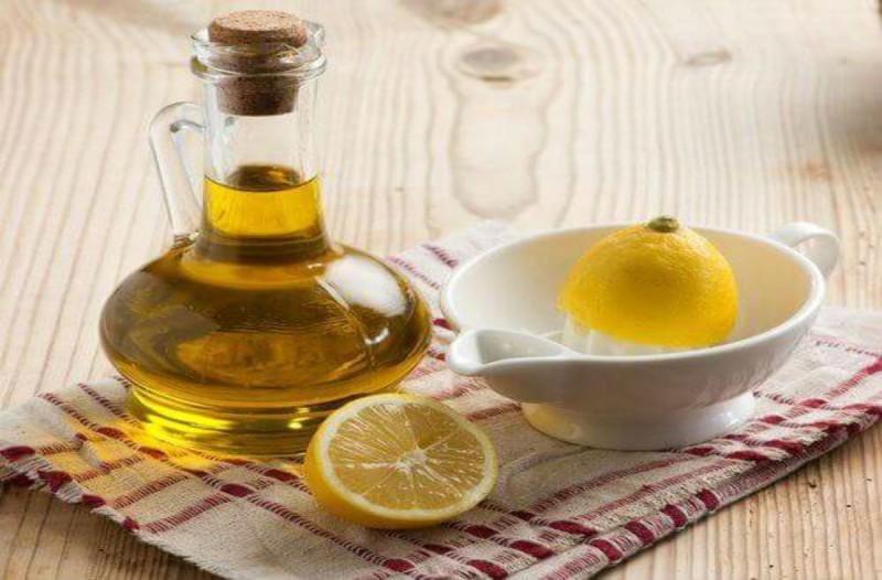 Ανακάτεψε σε ένα ποτήρι χυμό λεμονιού και ελαιόλαδο - Μόλις δείτε πού το χρησιμοποίησε θα τρέξετε να το κάνετε!