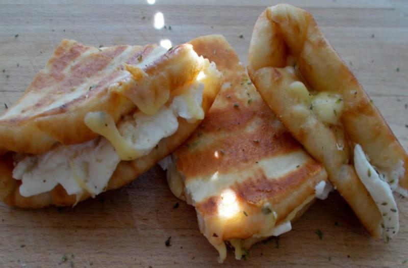 Πεντανόστιμα τυροπιτάκια με πίτα σουβλάκι και 4 μόνο υλικά, που γίνονται στο άψε σβήσε!