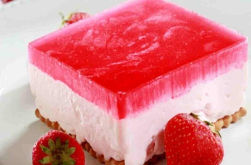 γλυκό με φράουλα και κρέμα γιαούρτι