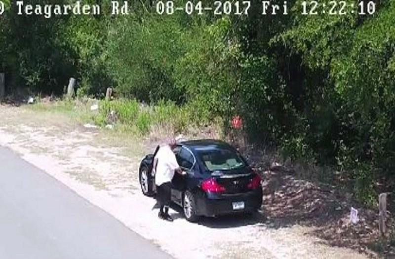 Ύποπτος άντρας παρκάρει στην άκρη του δρόμου όμως η κάμερα καταγράφει τα όσα συμβαίνουν και ειδοποιείται αμέσως η αστυνομία!