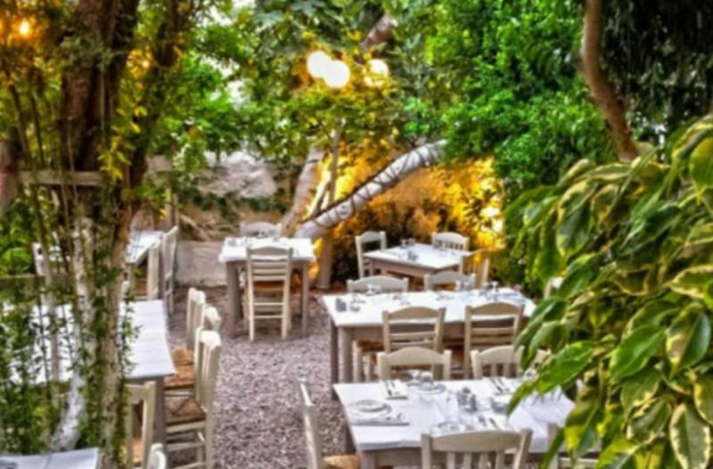Κούβελος: Αυτή είναι η πανέμορφη αυλή στο Κουκάκι που πρέπει να επισκεφτείς!