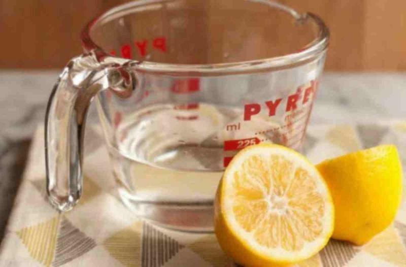 Προσοχή: Τα 7 πράγματα που γίνονται στο σώμα σας όταν πίνετε το πρωί ζεστό νερό με λεμόνι