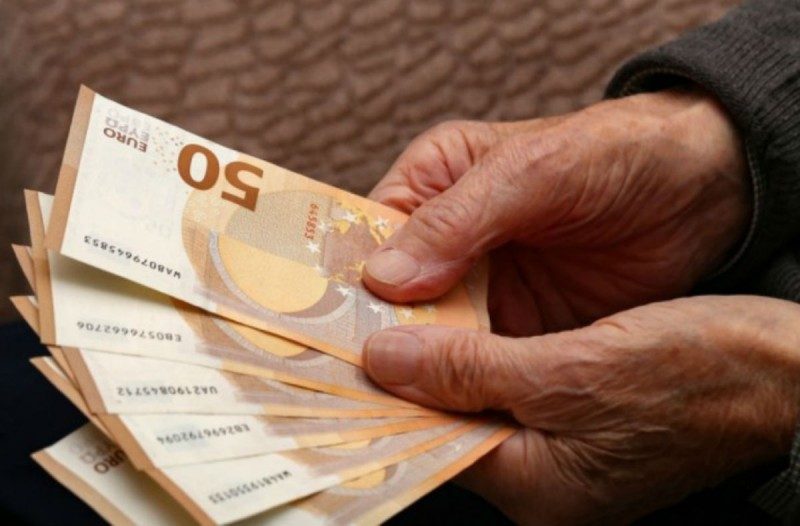 Σοκ για εκατοντάδες συνταξιούχους: Είδαν μειωμένες συντάξεις στους λογαριασμούς τους (Video)