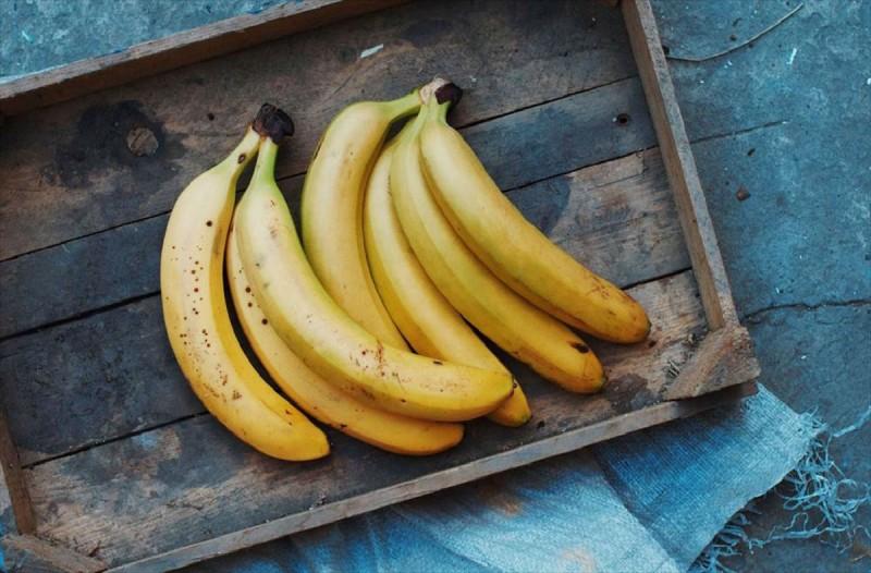 Ψέκασε μια φλούδα από μπανάνα με οινόπνευμα και την πίεσε στο πρόσωπο της - Μόλις δείτε το λόγο θα τρέξετε να το κάνετε