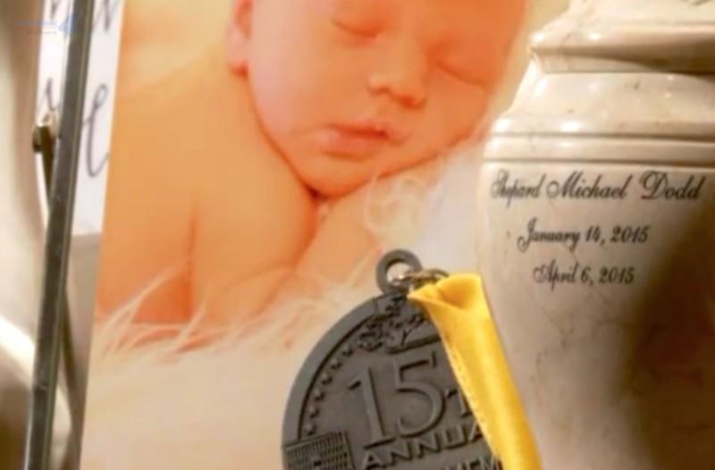 Το μωρό τους πέθανε ενώ καθόταν σε καθισματάκι αυτοκινήτου - Τώρα προειδοποιούν για αυτόν τον κίνδυνο
