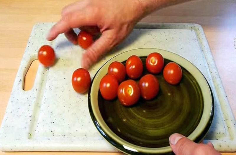 Με αυτόν τον τρόπο μπορείτε να κόψετε τις ντομάτες χωρίς να πεταχτούν ζουμιά- Θα σας λύσει τα χέρια