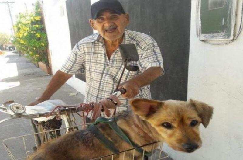 90χρονος παππούς μεταφέρει με το ποδήλατο τον σκύλο του  - Ο λόγος θα σας κάνει να δακρύσετε