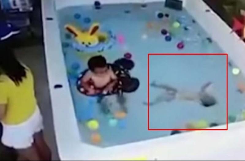 Κάμερα κατέγραψε αυτό το μωρό να πνίγεται στην πισίνα - Αυτό που έκανε η μητέρα του θα σας σοκάρει
