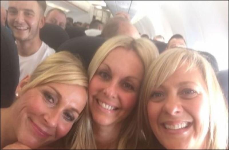 Έβγαλαν την ίδια selfie μετά από έναν χρόνο - Αυτό που ανακάλυψαν από πίσω θα σας σοκάρει