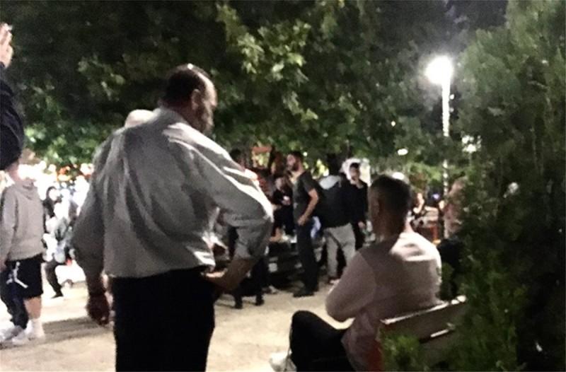 Παγκράτι: Πλήθος κόσμου στην πλατεία Βαρνάβα για ένα «takeaway» ποτό