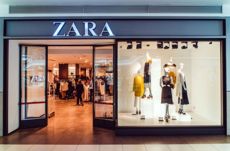 ZARA online ξεπούλημα: Το μάξι φόρεμα στο απόλυτο χρώμα της σεζόν κοστίζει μόλις 15,99€