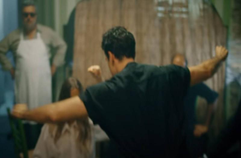 Το βαρύ ζεϊμπέκικο Έλληνα τραγουδιστή με 2.000.000 προβολές μέσα σε 5 ημέρες! (video)