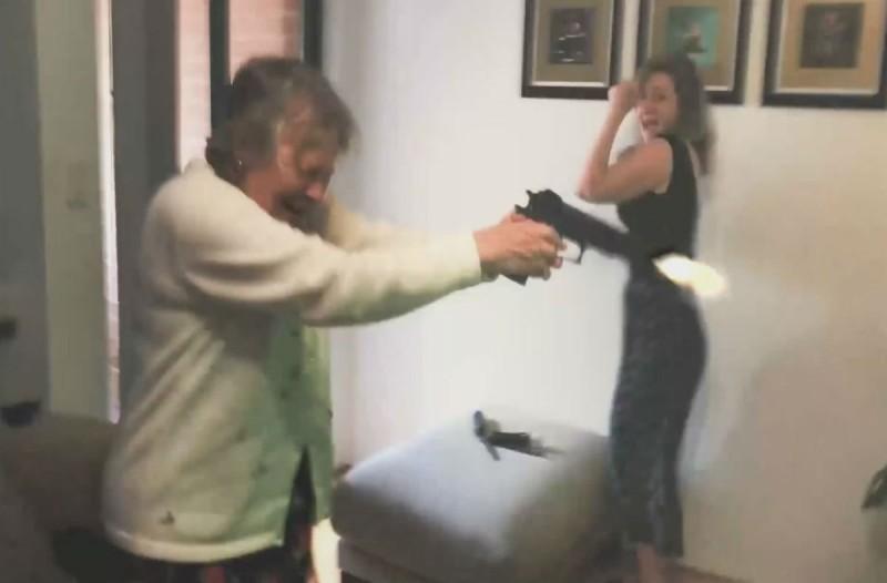 80χρονη γιαγιά άρχισε να πυροβολεί την τηλεόραση - Μόλις δείτε τι είχε προηγηθεί θα