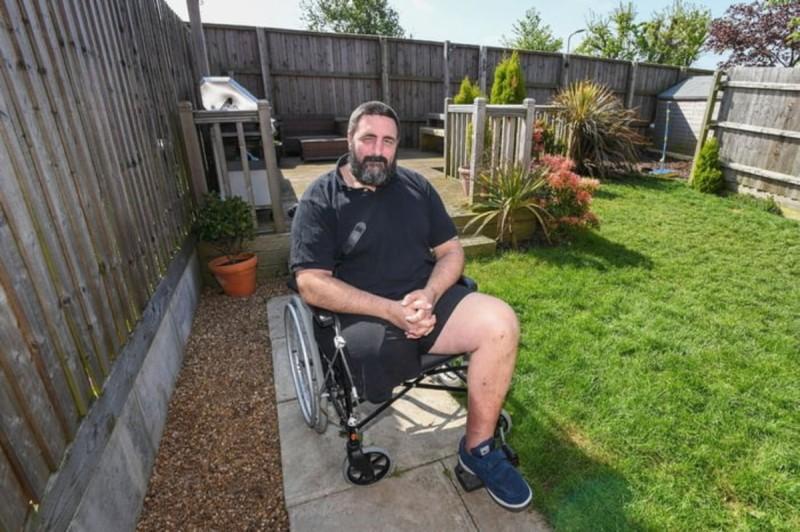 άνδρας σε αναπηρικό καροτσάκι