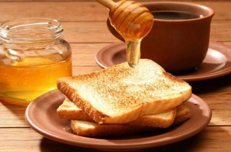 Ο λόγος που πρέπει να αλείφετε μέλι και κανέλα στο ψωμί στο πρωινό σας!