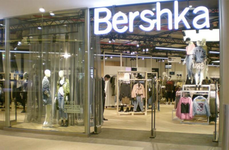 Bershka: Το φόρεμα με χιαστί κόψιμο και κορδόνια που ερωτευτήκαμε με την πρώτη ματιά