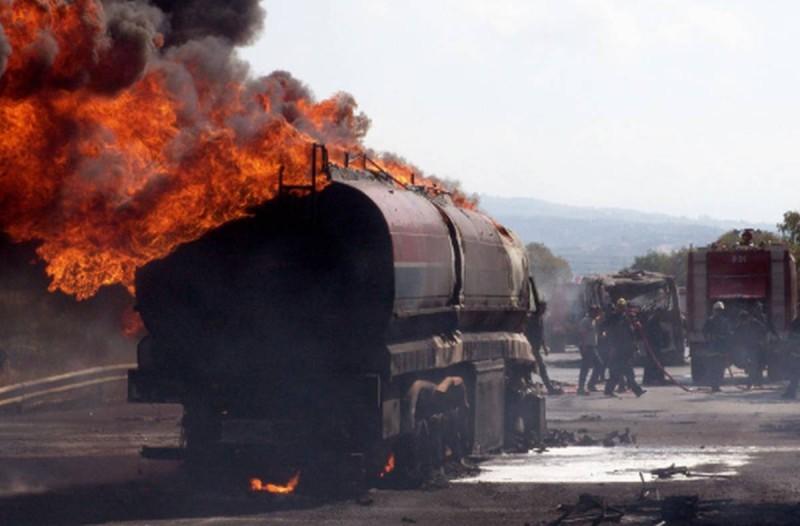 Φωτιά σε βυτιοφόρο στην Εθνική Οδό - Χωρίς τις αισθήσεις του ένας άνδρας
