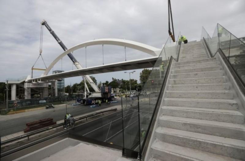 Λεωφόρος Ποσειδώνος: Εικόνες από την εγκατάσταση της νέας πεζογέφυρας