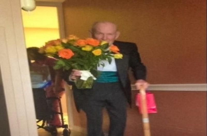 Αυτός ο παππούς μπήκε στο δωμάτιο της γιαγιάς κρατώντας λουλούδια - Ο λόγος θα σας συγκινήσει