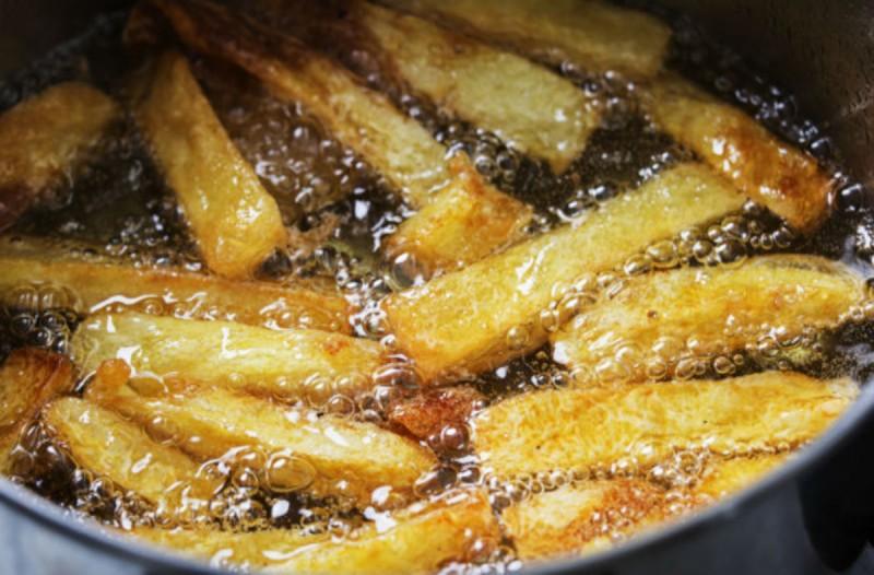 Κρατάτε το ελαιόλαδο από τις τηγανητές πατάτες; Μην το ξανακάνετε ποτέ!