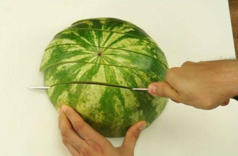 Παιδεύεστε με το καρπούζι; Ο απόλυτος τρόπος για τα νο κόψετε που θα σας λύσει τα χέρια (Video)