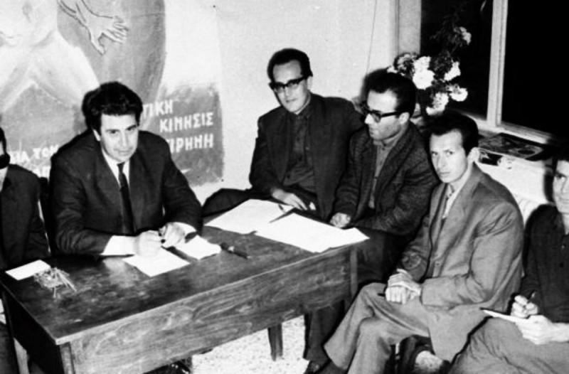 Ο Μίκης Θεοδωράκης και είκοσι Έλληνες επιστήμονες