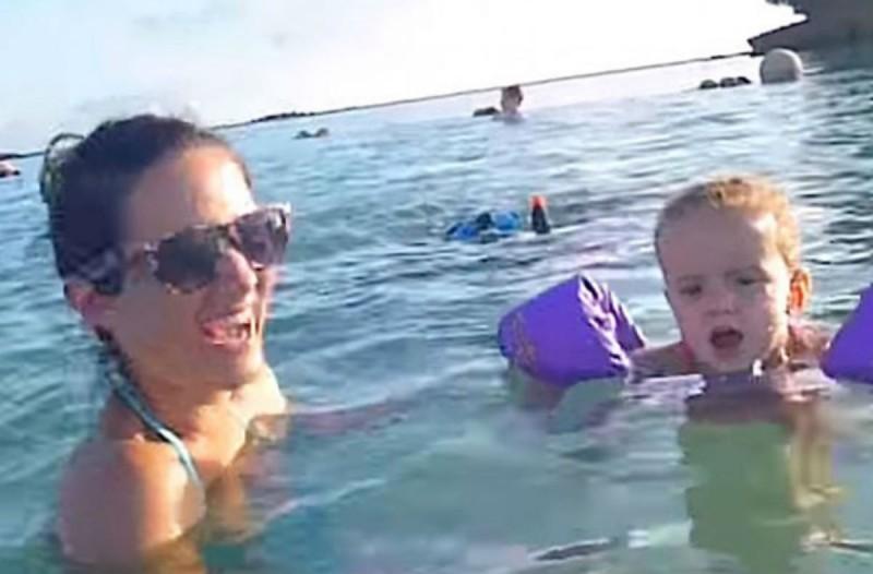 Αυτή η μητέρα τραβούσε με την κάμερα τα παιδιά της στην παραλία, όταν πίσω τους παρατήρησε... έπαθε σοκ (Video)