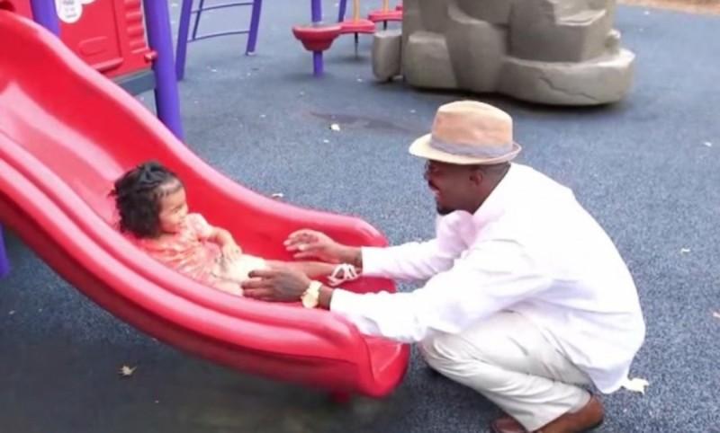 πατέρας παίζει με την κόρη του
