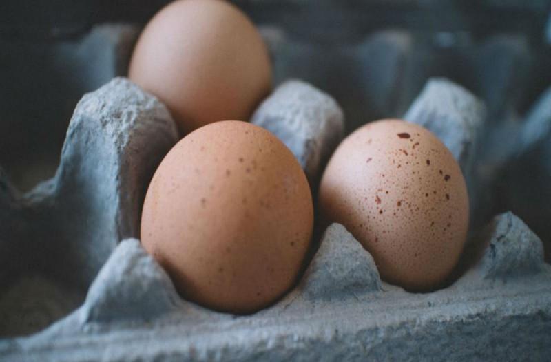Έχετε παρατηρήσει μικρές κηλίδες πάνω στα αυγά σας; Δεν φαντάζεστε τι σημαίνουν
