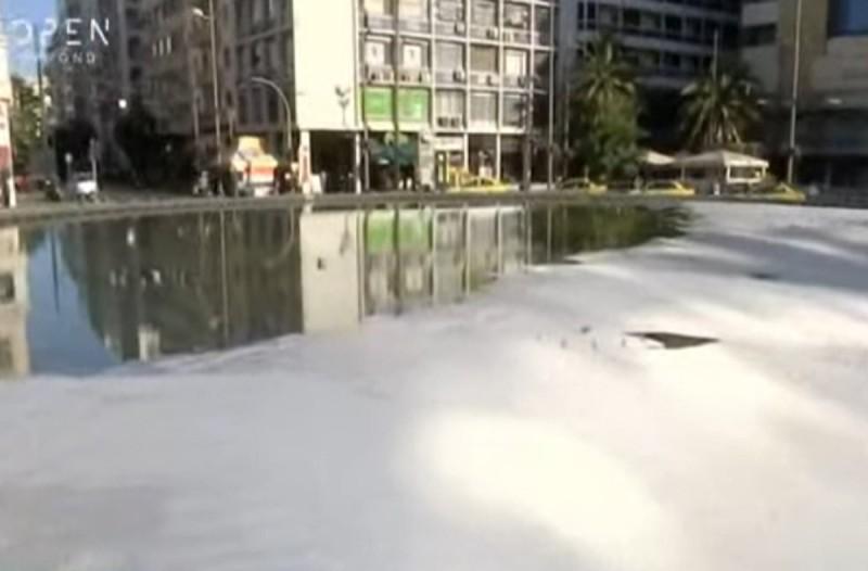 «Tζακούζι» το συντριβάνι της Ομόνοιας - Γέμισε σαπουνάδα (Video)