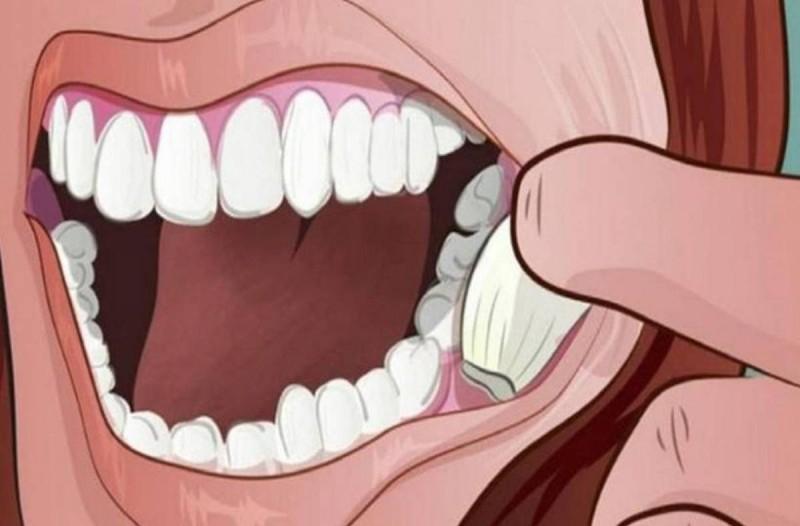 Βάζει μια σκελίδα σκόρδου στο στόμα της και την κρατάει για λίγα λεπτά. Τα αποτελέσματα είναι θαυματουργά