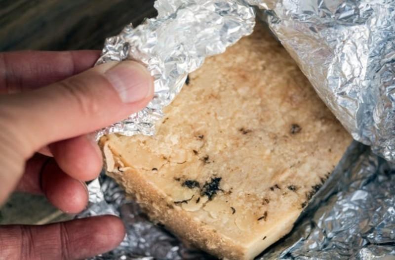 Τυλίγετε το τυρί με αλουμινόχαρτο; Κάντε το μόνο όταν...