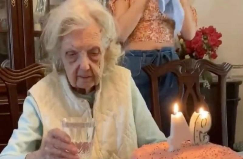 94χρονη γιαγιά στέκεται μπροστά από την τούρτα των γενεθλίων της και κάνει τους πάντες να