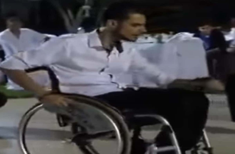 Λεβέντης σε αναπηρικό καροτσάκι χορεύει το καλύτερο ζεϊμπέκικο που έχετε δει ποτέ (Video)