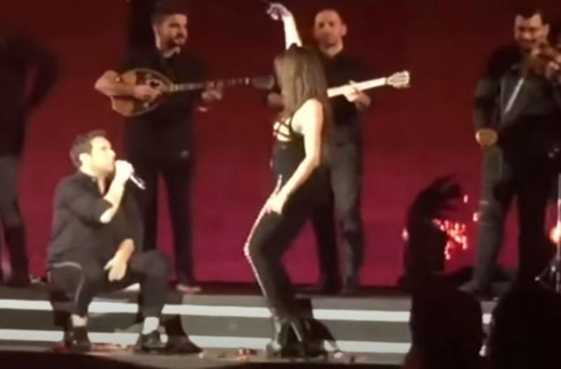 Το κολασμένο τσιφτετέλι πασίγνωστης τραγουδίστριας που έριξε τον Μαζωνάκη στα... γόνατα!