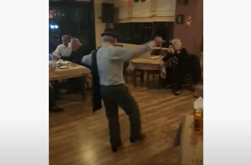 65χρονος άνδρας χορεύει ζεϊμπέκικο και
