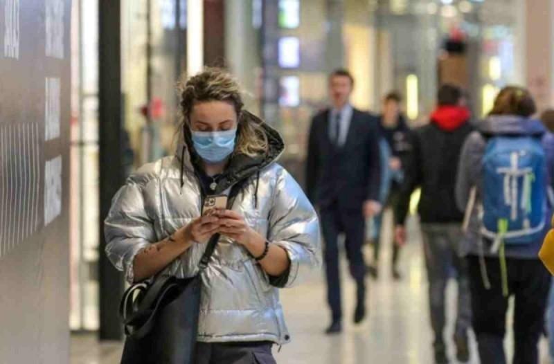 Λοιμωξιολόγοι: Ζητούν την υποχρεωτική χρήση μάσκας σε κλειστούς χώρους