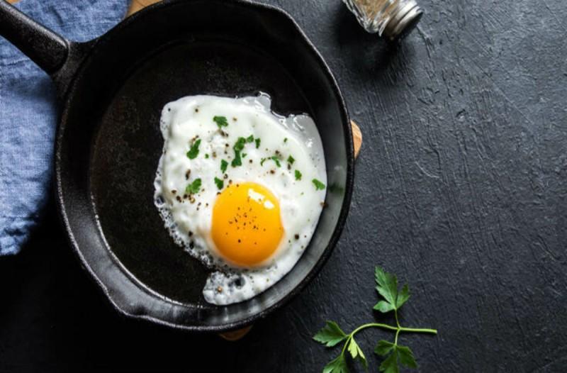 Έβαλε νερό σε ένα τηγάνι κι έριξε μέσα δυο αυγά - Το αποτέλεσμα θα σας ενθουσιάσει