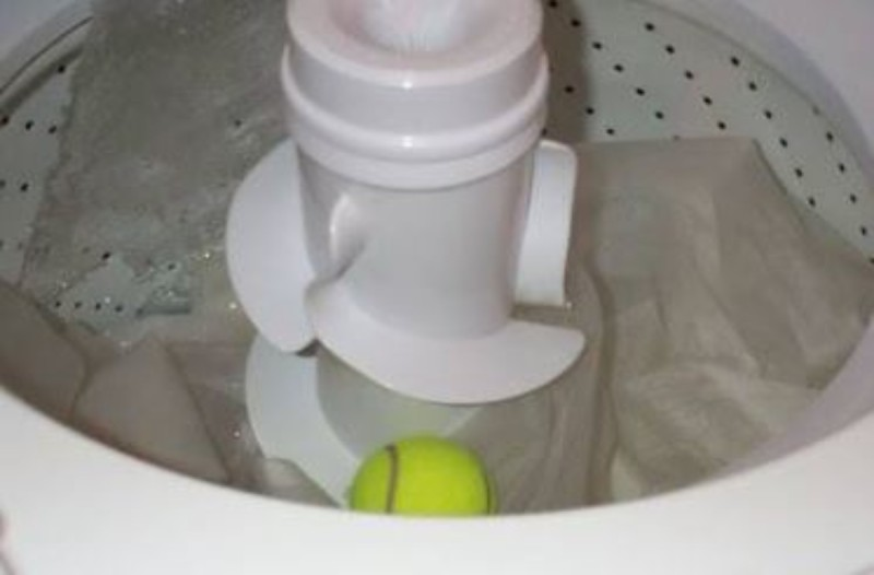 Έβαλε μια μπάλα του τένις μέσα στο πλυντήριο - Δεν φαντάζεστε το αποτέλεσμα